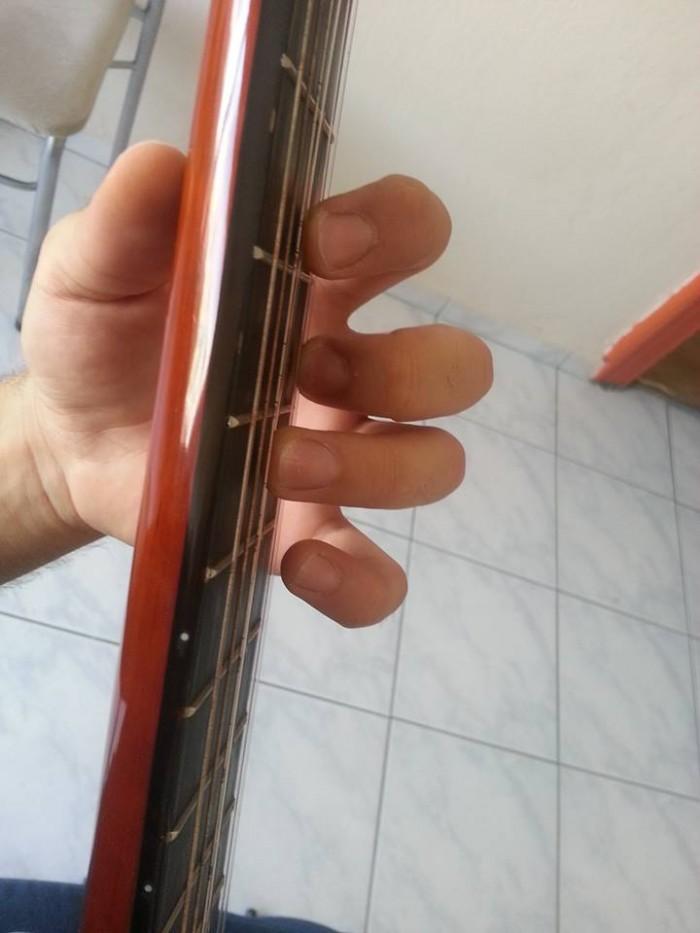 gitar nasıl tutulur (1)